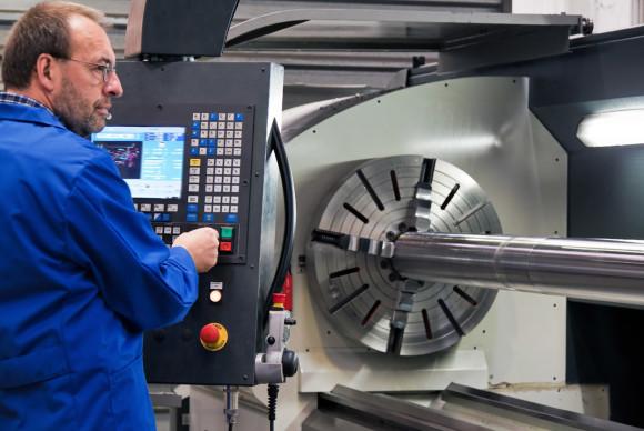 Älterer Arbeiter der Metallindustrie an CNC Fräsma